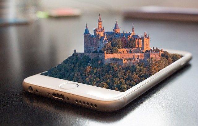celular-com-imagem-de-um-castelo-projetada-para-fora-da-tela