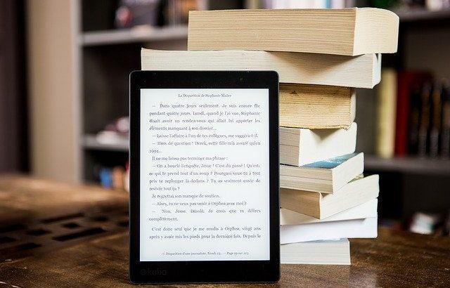 kindle-em-frente-a-livros-fisicos