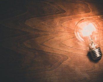 lampada-acesa-sobre-fundo-de-madeira