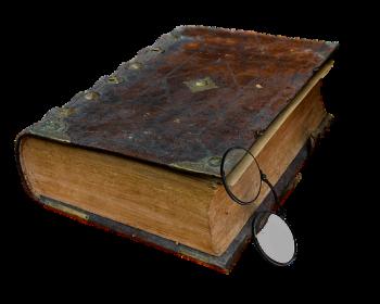 capa-de-livro-antigo-preto-sob-fundo-branco-com-oculos-apoiado-na-capa