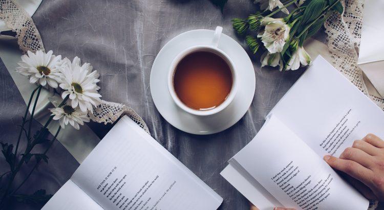 livro-de-poesia-e-xicara-de-cafe