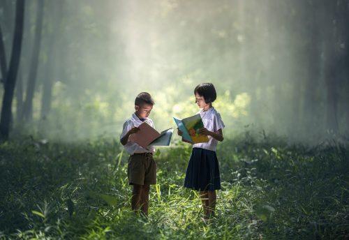 crianças lendo livro de contos