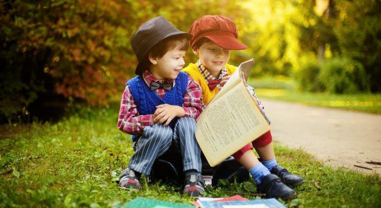 crianças com livros ao ar livre