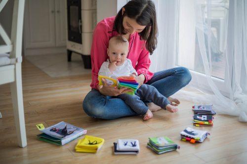 mae e bebê lendo livros
