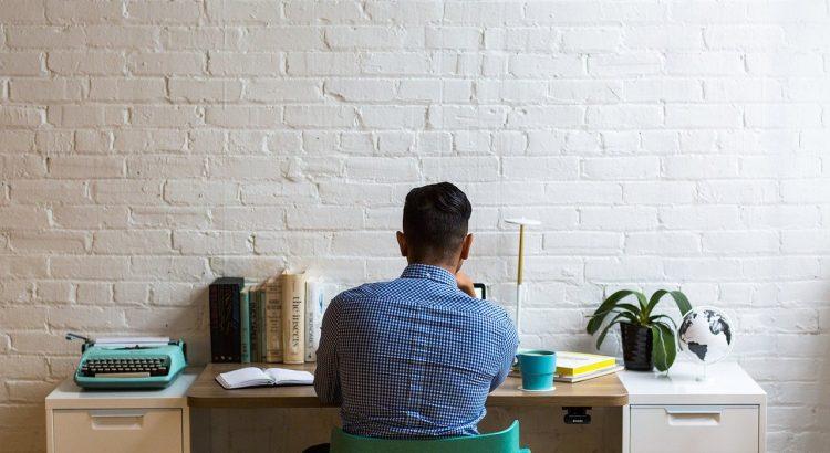 homem sentado em frente ao computador