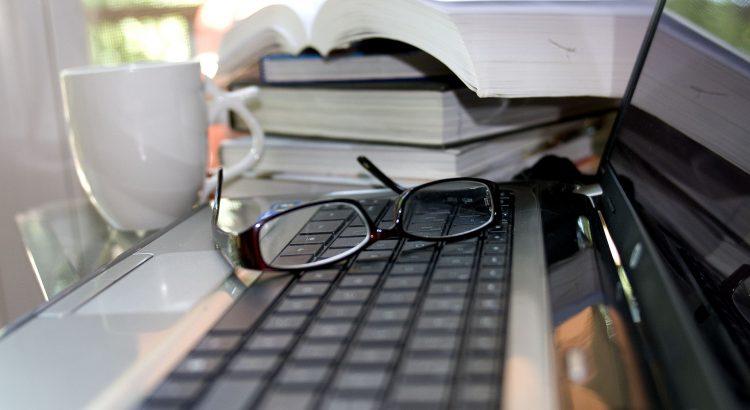 notebook óculos e livros