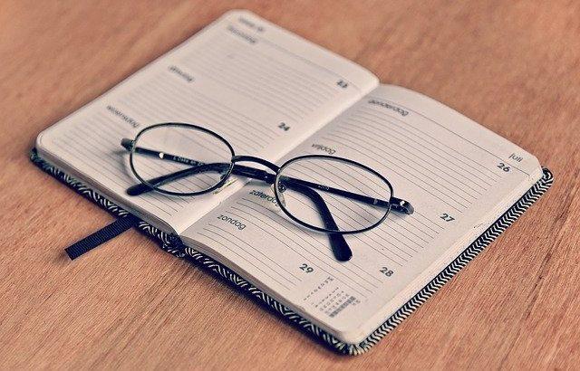 oculos-sobre-calendario