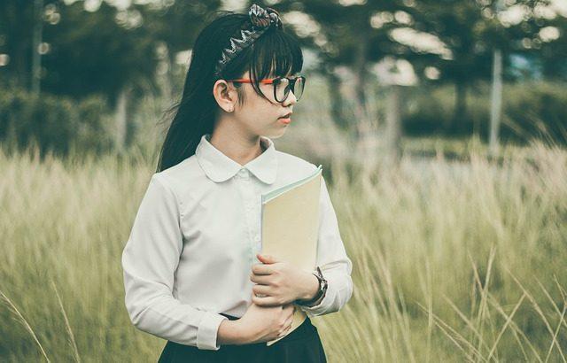 crianca-segurando-caderno