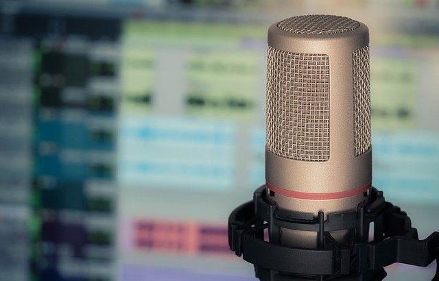 microfone-de-gravacao-em-frente-a-tela-de-computador