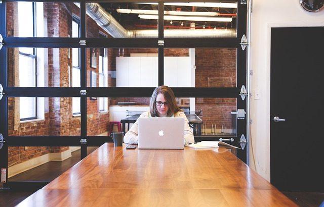 mulher-em-escritorio-mexendo-no-notebook