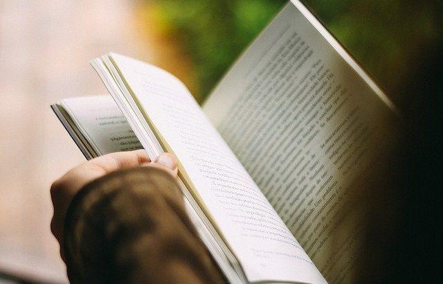 mão-de-pessoa-folheando-livro