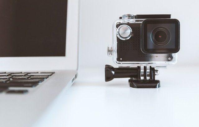 camera-de-filmagem-em-cima-mesa