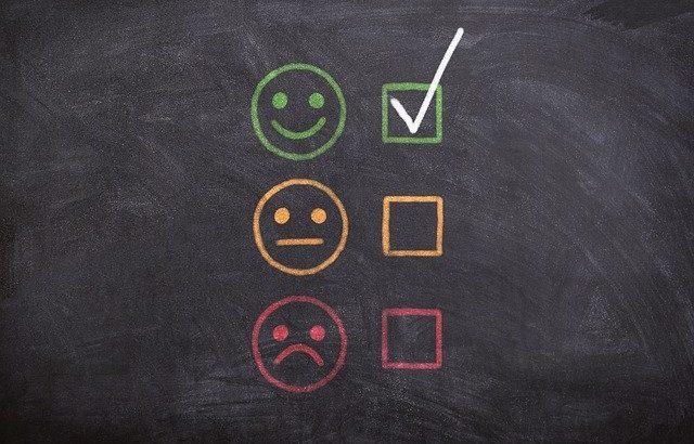 quadro-de-giz-com-emojis-felizes-e-tristes-desenhados
