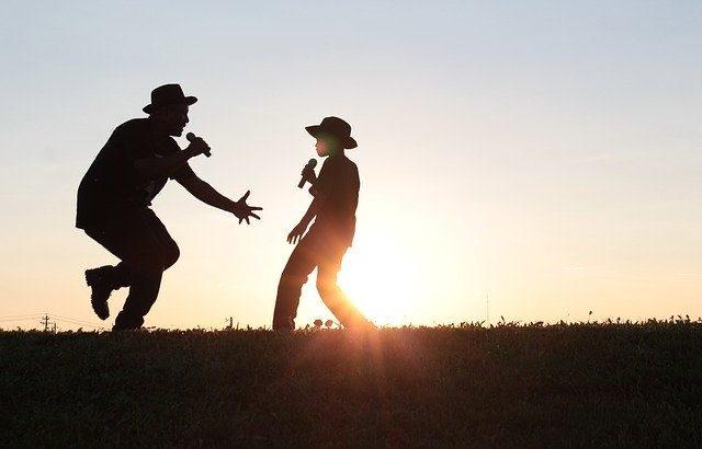 pai e filho brincando no por do sol