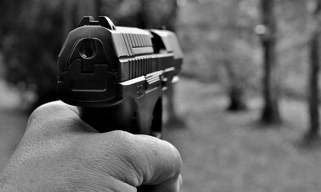 revolver-apontado-para-frente-em-preto-e-branco