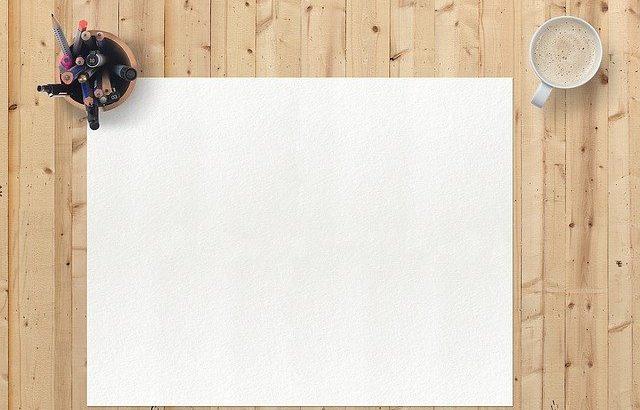 folha-em-branco-em-cima-da-mesa-com-lapis-de-cor-ao-canto