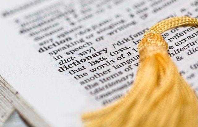 pagina-de-dicionario-aberta-com-significado-da-palavra-dicionario-e-marcador-de-pagina-amarelo-em-cima