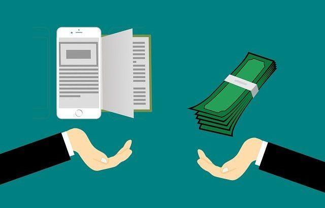 mão oferecendo celular com livro e outra mão oferecendo dinheiro em troca