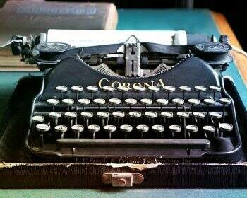 maquina-de-escrever-em-preto-e-branco