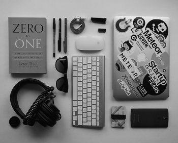 notebook-teclado-livro-headphone-canetas-mouse-sobre-uma-mesa