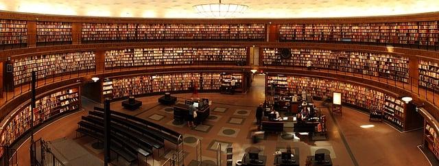 estante-em-formato-circular-cheia-de-livros